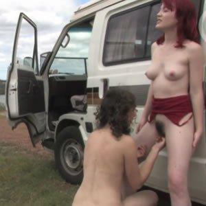 Szőrös pinájú leszbikusok autós kiránduláson