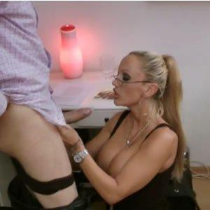 Bögyös titkárnő bukik a főnökére